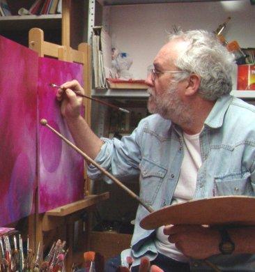 Joan Vidal en su estudio de Guadalest, Alicante.