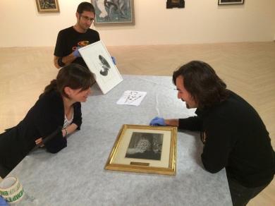 """Ane Abalde Amezaga, gestora de la Sala Kubo, y Carlos Arenas, durante el montaje de """"La Imagen Fantástica"""" en San Sebastián."""