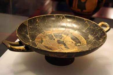 Copa ática de figuras rojas, procedente de la necrópolis de la Albufereta (tumba L-127A). Ibérico Pleno. (S IV ane). MARQ