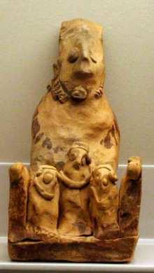 Terracota que representa a la diosa madre entronizada. Sepultura 144 del Cabecillo del Tesoro de Verdolay. Museo Arqueológico de Murcia.