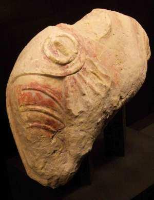 Torso de la Alcudia con restos de policromía. Nótese el relieve de la fíbula hispánica. S. V-IV ane. La Alcudia (Elche)